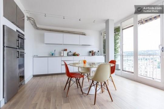 Table ronde tulipe et chaises DSW Eames rouges et blanches
