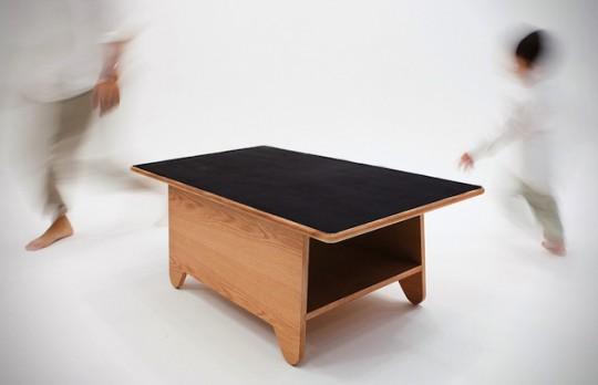 Table basse en bois avec un plateau ardoise noir