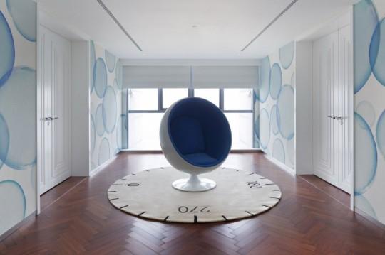 Appartement chinois déco colorée - ball chair bleu et blanc