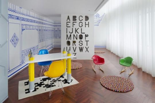 Appartement chinois déco colorée - bureau avec des pieds en forme de crayon de couleur