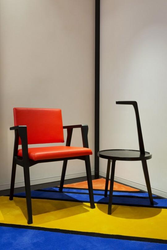 Appartement chinois déco colorée - chaise orange et teble basse ronde
