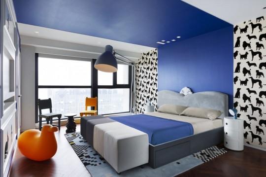 Appartement chinois déco colorée - chambre avec bande de peinture bleue au plafond