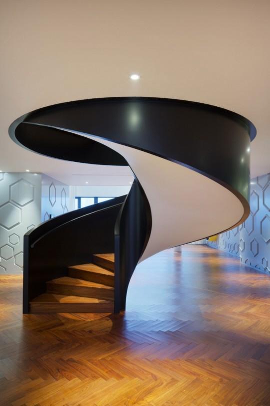 Appartement chinois déco colorée - escalier en colimaçon