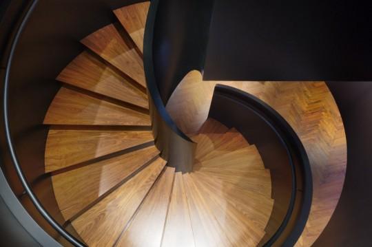 Appartement chinois déco colorée - escalier en colimaçon en bois