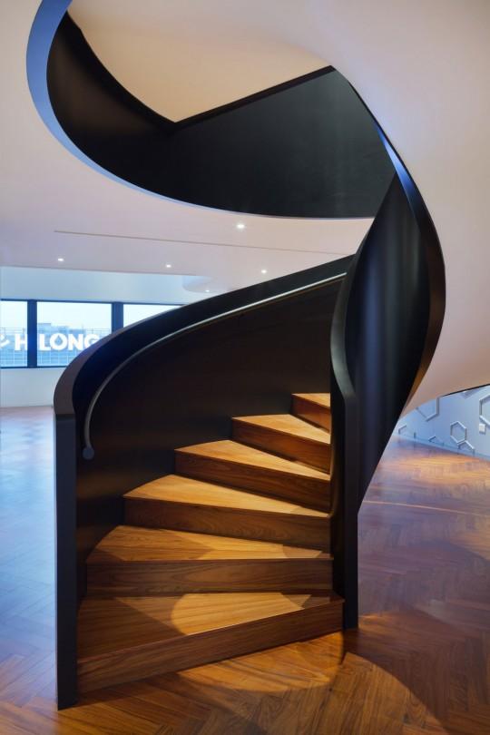 Appartement chinois déco colorée - escalier en colimaçon moderne