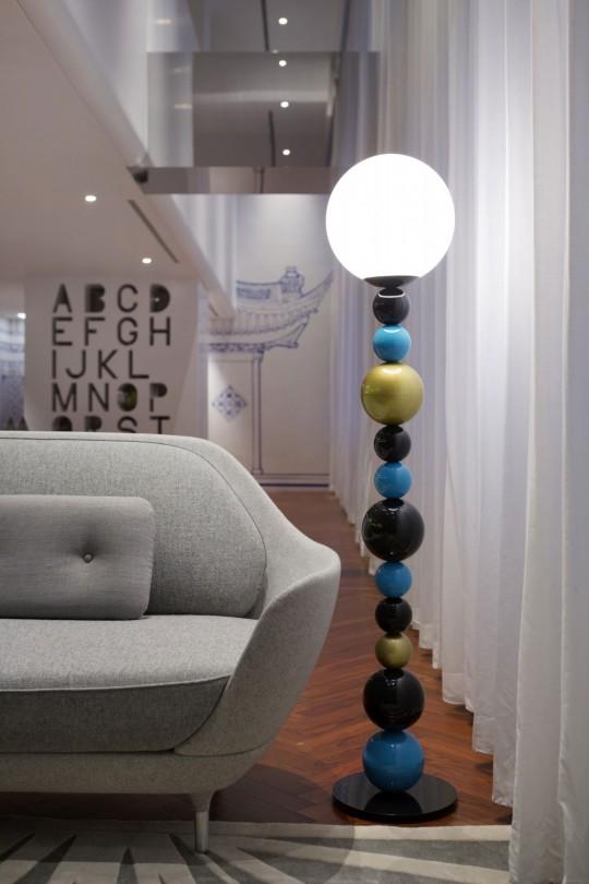 Appartement chinois déco colorée - lampadaire avec un pied composé de boules de couleurs