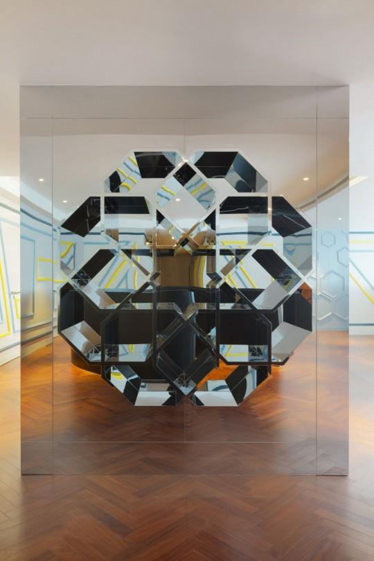 Appartement chinois déco colorée - meuble bibliothèque en verre