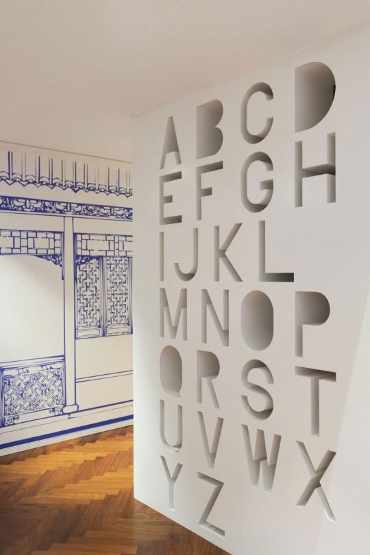 Appartement chinois déco colorée - meuble blanc avec des lettres de l'alphabet