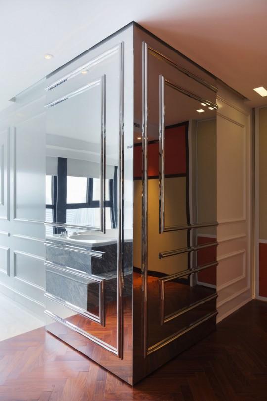 Appartement chinois déco colorée - mur avec moulures en miroir