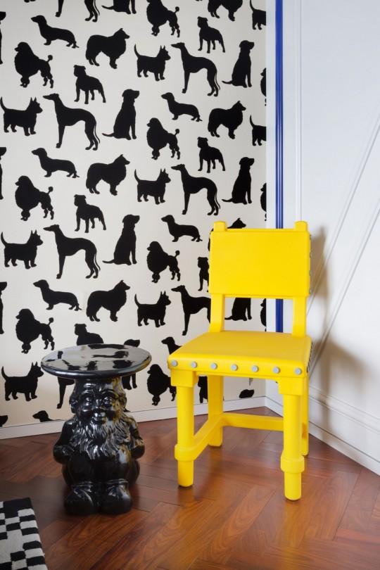 Appartement chinois déco colorée - papier-peint avec des animaux et chaise jaune