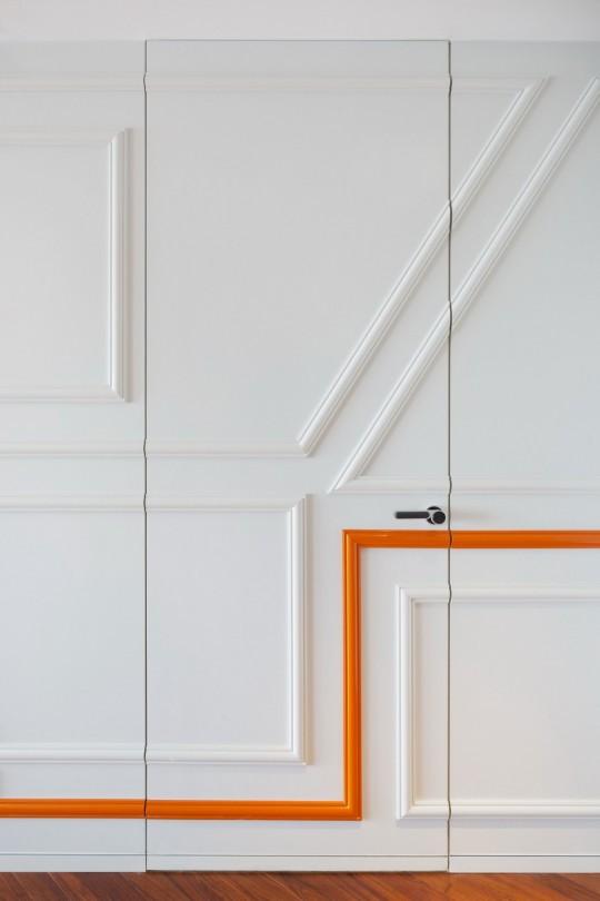 Appartement chinois déco colorée - portes intégré au mur avec moulures