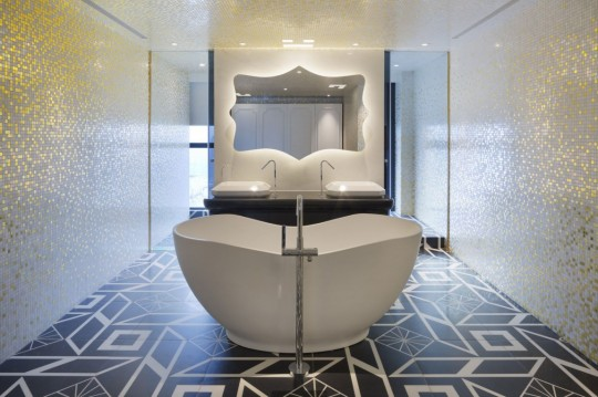 Appartement chinois déco colorée - salle de bain avec baignoire ilot central