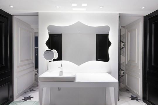 Appartement chinois déco colorée - salle de bain noir et blanc rétro chic