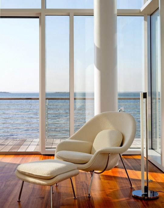 Maison en verre à Fair Harbor Long Island New-York - fauteuil moderne avec repose-pieds