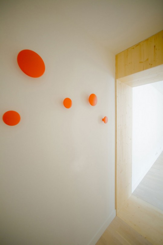 Cadre de porte en bois et patères rondes de couleur orange