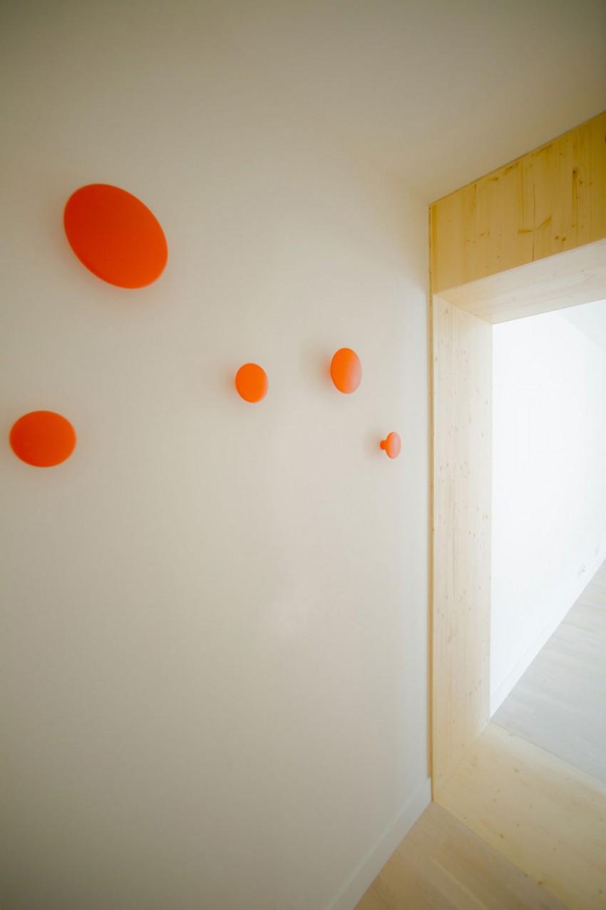 cadre de porte en bois et pat res rondes de couleur orange. Black Bedroom Furniture Sets. Home Design Ideas