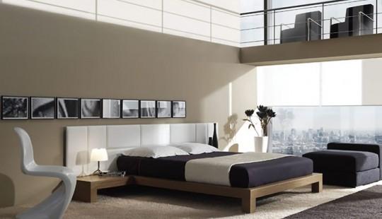 Chambre avec un tapis sous le lit