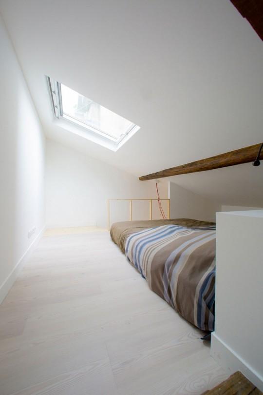 Chambre en sous-pente dans un studio à Paris