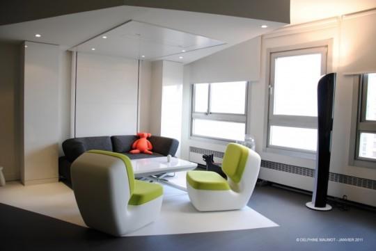 Lit intégré au plafond dans un petit appartement