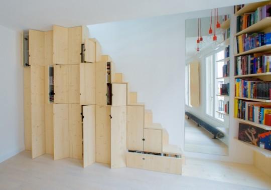 Rangements sur mesure sous un escalier dans un petit appartement