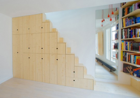 Studio avec des placards sur-mesure intégrés sous l'escalier