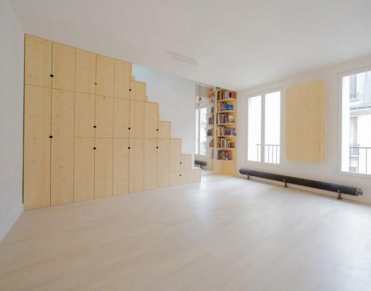 Studio avec des rangements sous l'escalier