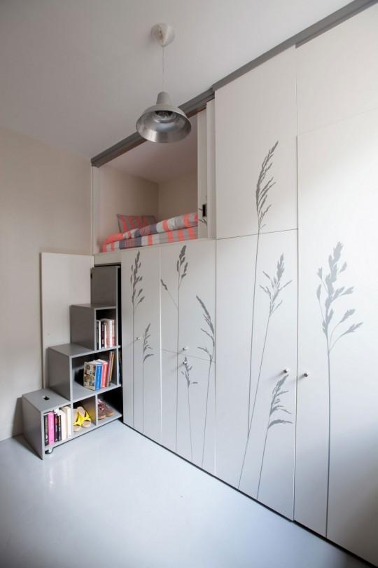 Bibliothèque cachée dans le placard d'un petit appartement