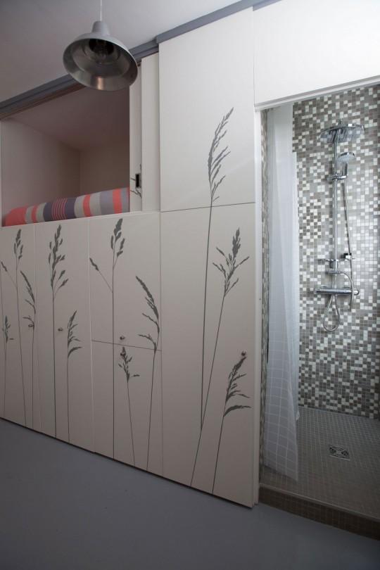 Douche cachée dans un tout petit appartement