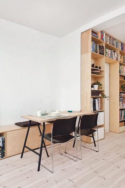 Meuble bibliohtèque sur mesure installé dans un studio