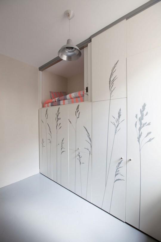 Petit appartement avec un lit caché dans un placard