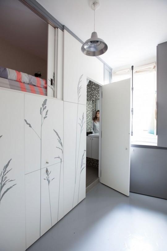 Salle de bain cachée dans un tout petit appartement