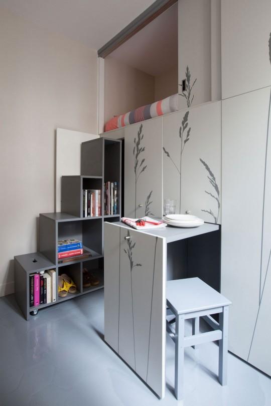 Table escamotable dans un tout petit appartement