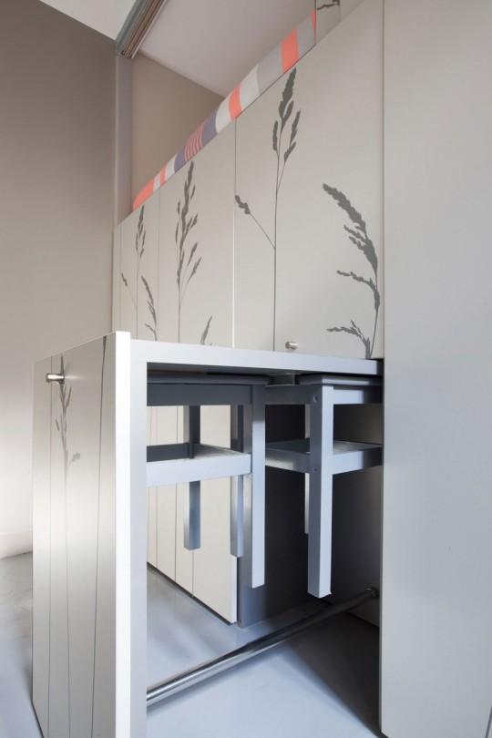 Table et chaise escamotables dans un tout petit appartement