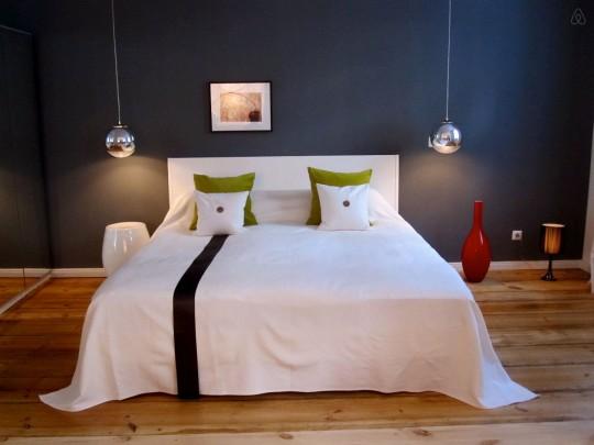 Chambre avec 2 suspensions de chaque côté du lit
