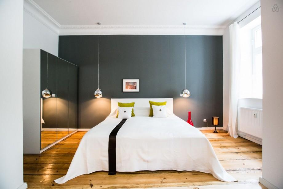 Chambre avec un mur gris et un parquet massif for Mur decore avec des photos