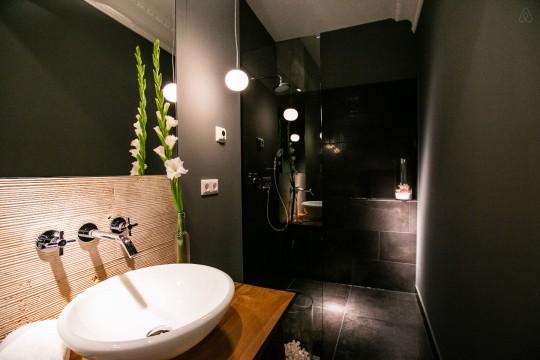 Salle de bain contemporaine avec douche à l\'italienne
