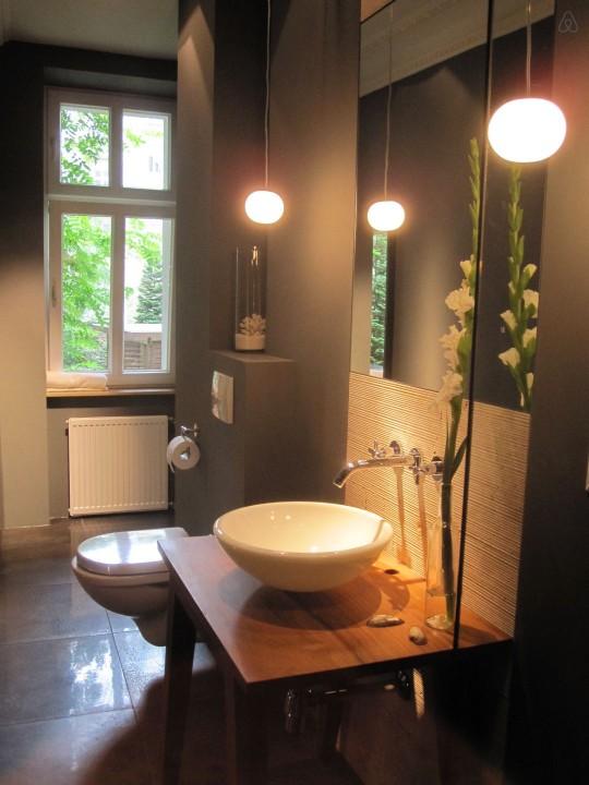 Salle de bain contemporaine dans un studio à Berlin