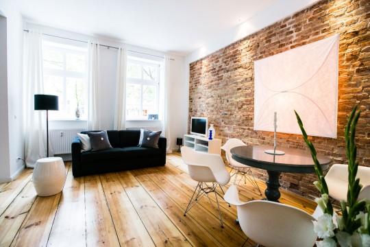 Studio avec un mur en briques