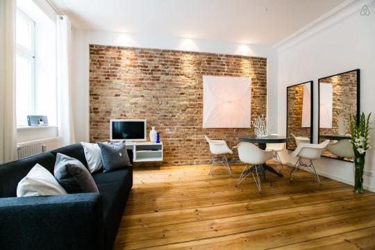 Studio avec une décoration contemporaine et un mur en briques