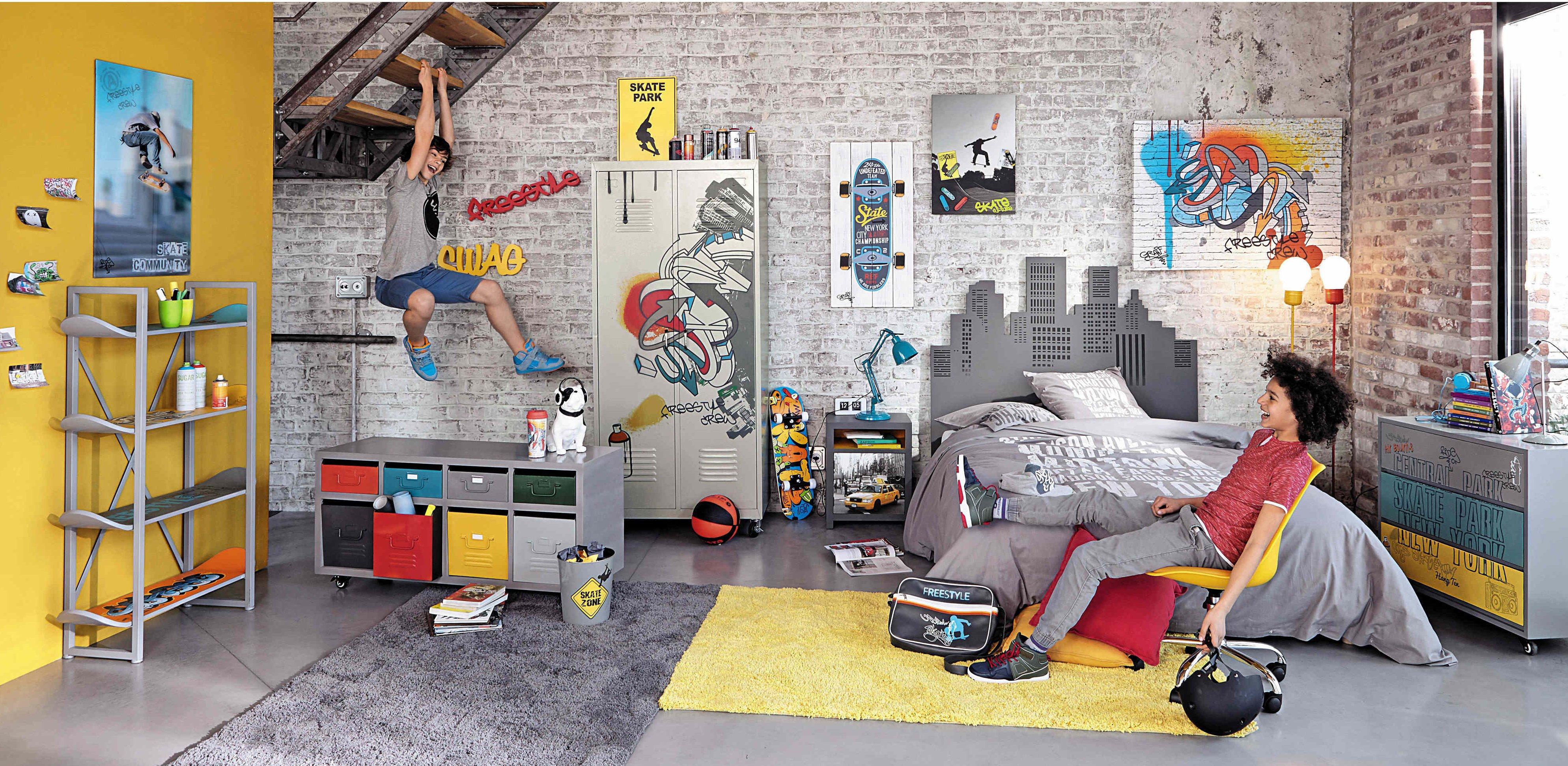 Déco pour un ado fan de glisse : l'étagère avec des planches de skate