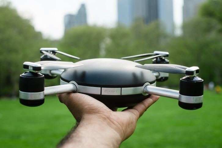 Drone Lilly qui tient dans la main