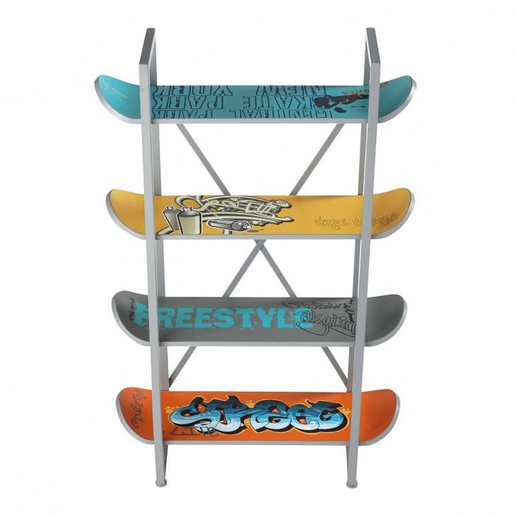 Etagère fabriquée avec des planches de skate