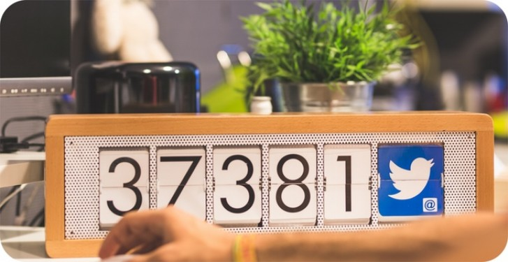 MIOT boitier en bois qui affiche le nombre de fans Facebook
