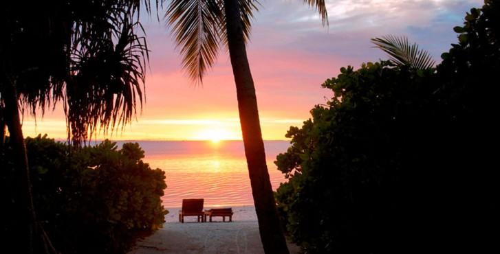 Maldives : Meedhoo Canareef Resort Maldives 4* coucher de soleil sur la plage