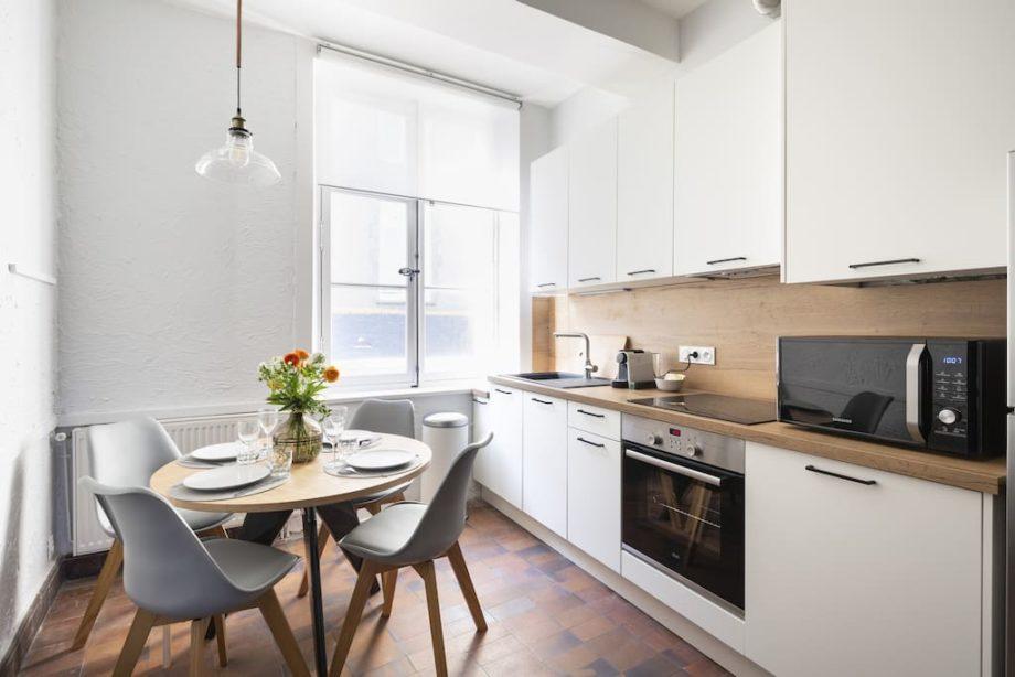Cuisine moderne blanche linéaire dans un appartement à Saint-Malo intramuros