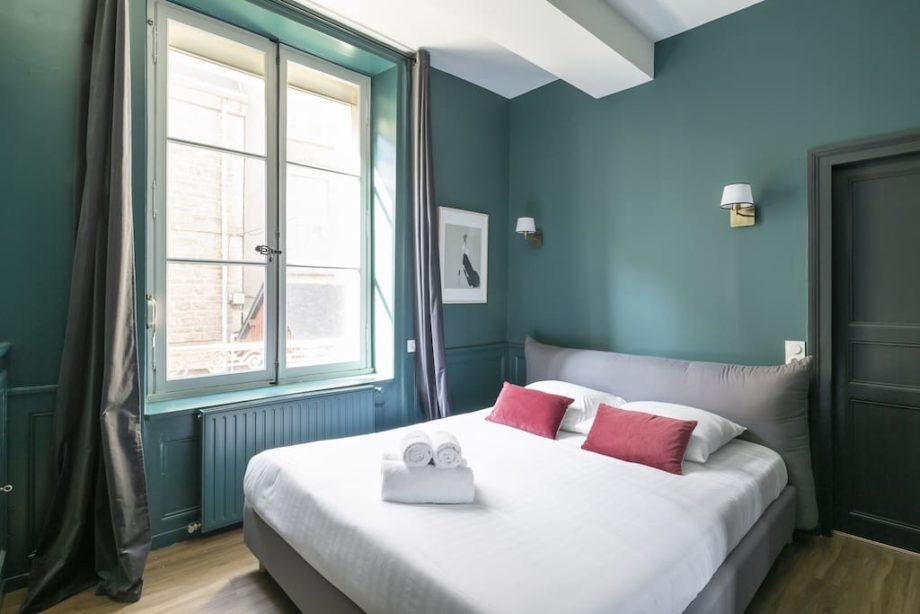 Chambre avec des murs bleu vert