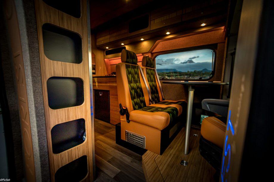 fourgon aménagé Forest avec sièges en cuir camel et tissu imprimé forêt