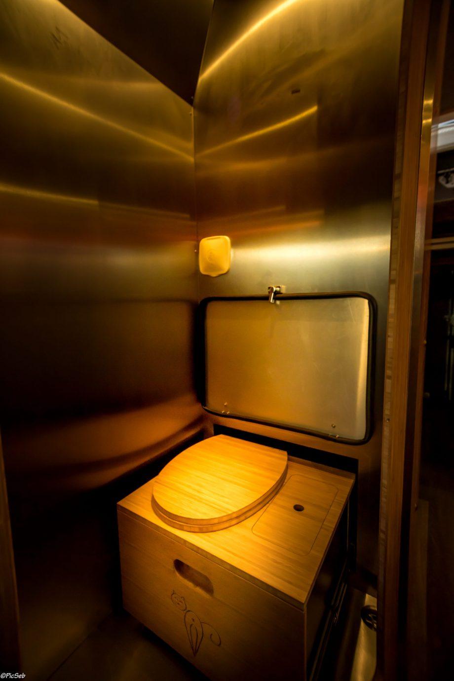 Toilettes sèches rétractables dans le fourgon aménagé Forest
