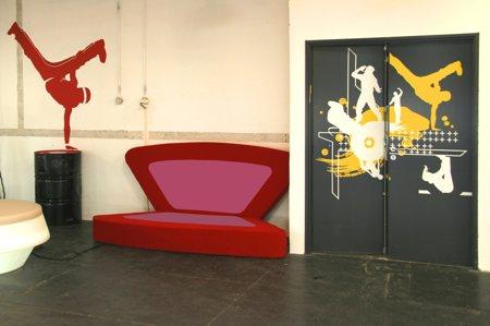 canapé design Butterfly en position semi-ouverte contre un mur, vu dans l'émission Popstars sur M6 - design Stéphane Simon