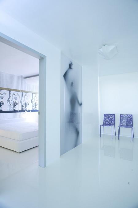 chambre design avec des oeuvres d'art moderne